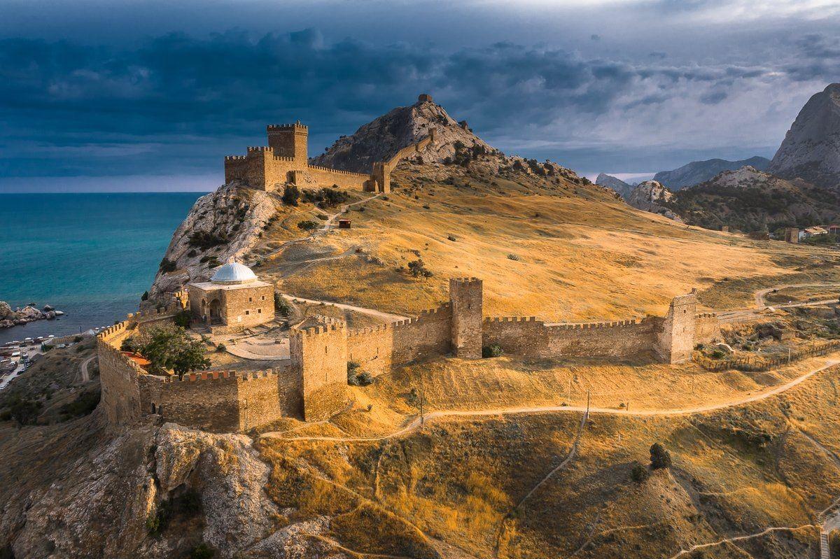 Генуэзская крепость (2 фото)