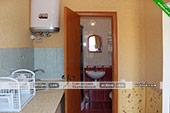 Кухня и санузел в четырехместном номере на первом этаже - коттедж на Морской 10 в Орджоникидзе
